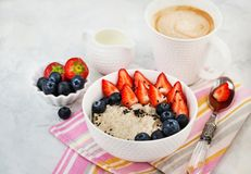健康早餐用燕麦粥粥、新鲜的莓果和咖啡 免版税图库摄影