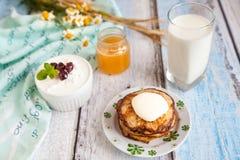 健康早餐用燕麦粥薄煎饼、串珠的乳酪和牛奶 库存图片