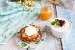 健康早餐用燕麦粥薄煎饼、串珠的乳酪和蜂蜜 库存照片