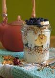 健康早餐用茶和格兰诺拉麦片 库存照片