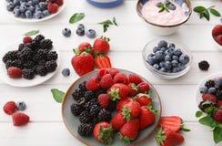 健康早餐用莓果和酸奶在白色木桌上 库存照片