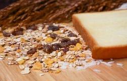健康早餐用谷物和面包。 免版税库存图片