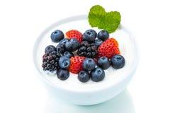 健康早餐用酸奶和莓果,节食,生气勃勃,分钟 免版税库存照片