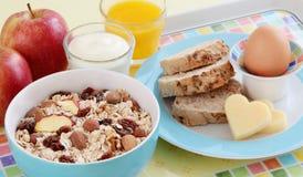 健康早餐用鸡蛋、面包、乳酪、酸奶和谷物 免版税图库摄影
