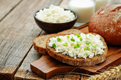 健康早餐用整个五谷黑麦面包,酸奶干酪和 免版税库存照片