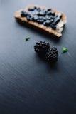 健康早餐用黑莓果酱 免版税库存图片