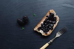 健康早餐用黑莓果酱 免版税库存照片