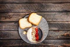 健康早餐米谷物或粥与新鲜的草莓、杏仁和椰子剥落,服务用面包和 免版税库存图片