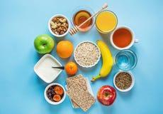 健康早餐纤维来源消化燕麦粥蜂蜜果子苹果香蕉橙汁水绿茶坚果 浅兰的表 库存图片