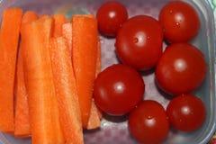 健康早餐蕃茄和红萝卜 免版税库存图片