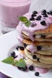 健康早餐薄煎饼用蓝莓调味汁和奶昔 免版税库存图片