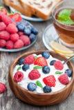 健康早餐酸奶干酪用莓果和蜜蜂花茶 免版税库存图片
