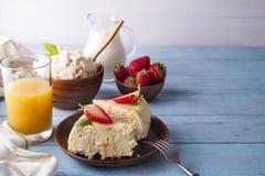 健康早餐酸奶干酪砂锅用汁液 库存照片