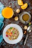 健康早餐集合格兰诺拉麦片、咖啡和汁 库存图片