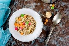 健康早餐集合格兰诺拉麦片、咖啡和汁 免版税库存图片