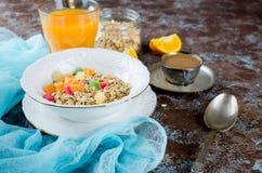 健康早餐集合格兰诺拉麦片、咖啡和汁 免版税库存照片