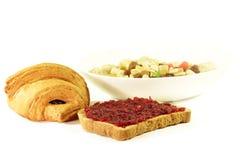 健康早餐:新月形面包,粥,多士果酱 免版税库存照片
