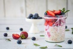 健康早餐:隔夜燕麦用新鲜的草莓 库存图片