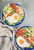 健康早餐滚保龄球用煎蛋,鸡豆新芽,种子,绿色 图库摄影