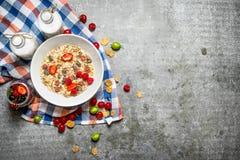 健康早餐Muesli用樱桃、草莓和牛奶 免版税图库摄影
