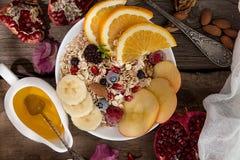 健康早餐Muesli用橙色果子,苹果,石榴, 免版税图库摄影