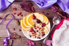 健康早餐Muesli用橙色果子,苹果,石榴, 免版税库存照片