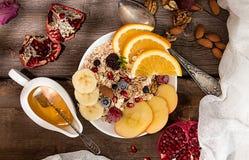 健康早餐Muesli用橙色果子,苹果,石榴, 库存照片