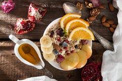 健康早餐Muesli用橙色果子,苹果,石榴, 图库摄影