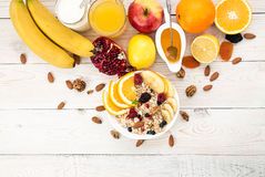 健康早餐Muesli,酸奶、蜂蜜和果子在白色选项 免版税库存照片