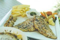 健康晚餐-有菜的健康被烘烤的鸡胸脯 免版税库存图片