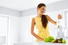 健康有机食品准备 绿色汁液 妇女戒毒所饮食 库存照片