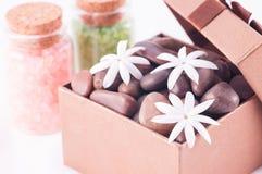 健康有禅宗石头和茉莉花的礼物盒开花 免版税库存图片