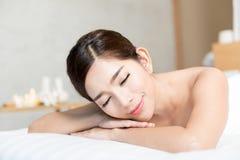 健康有秀丽的温泉的亚裔妇女芳香与精油,泰国的疗法按摩 免版税库存照片
