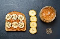 健康杏仁黄油Chia种子香蕉黑麦早餐三明治 免版税库存图片