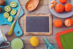健康果子和汁液在木桌上 在视图之上 免版税库存图片