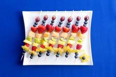 健康果子kebabs用热带夏天果子 库存照片