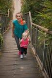 健康母亲和走在台阶的女婴 免版税库存图片
