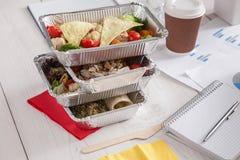 健康每日饭食交付在办公室,菜沙拉 库存照片