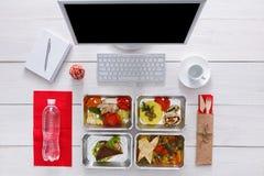 健康每日饭食在办公室,在木头的顶视图 库存图片