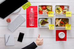 健康每日饭食在办公室,在木头的顶视图 库存照片