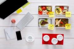 健康每日饭食在办公室,在木头的顶视图 免版税库存照片