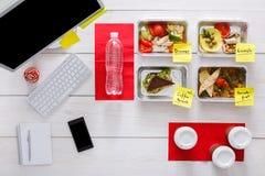 健康每日饭食在办公室,在木头的顶视图 免版税库存图片