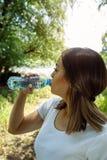健康水的少妇饮用水 免版税库存图片
