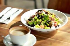 健康沙拉和一杯咖啡午餐的 免版税图库摄影