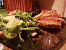 健康沙拉和三文鱼 库存照片