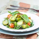 健康沙拉用抱子甘蓝圆白菜,蕃茄,沙拉 免版税库存照片