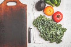 健康沙拉的成份在一张白色桌,顶视图上 Hea 库存照片