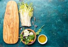 健康沙拉的-莴苣、新芽、edibles花和芝麻菜成份 平的位置,拷贝航天食品 戒毒所 有机 免版税库存照片