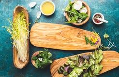 健康沙拉的-莴苣、新芽、edibles花和芝麻菜成份 平的位置,拷贝航天食品 戒毒所 有机 库存照片