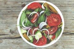健康沙拉 一碗从蕃茄、菠菜和各种各样的新鲜蔬菜的莴苣 免版税库存照片